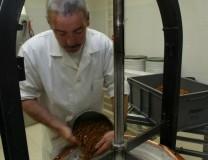 Les amandes sont versées dans la pâte du Nougat Blanc