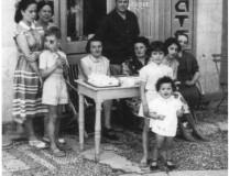 La famille Fouque posant devant le magasin.