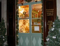 La vitrine du magasin dans le village de Signes
