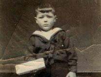 Le petit Eugène Fouque montrant une barre.