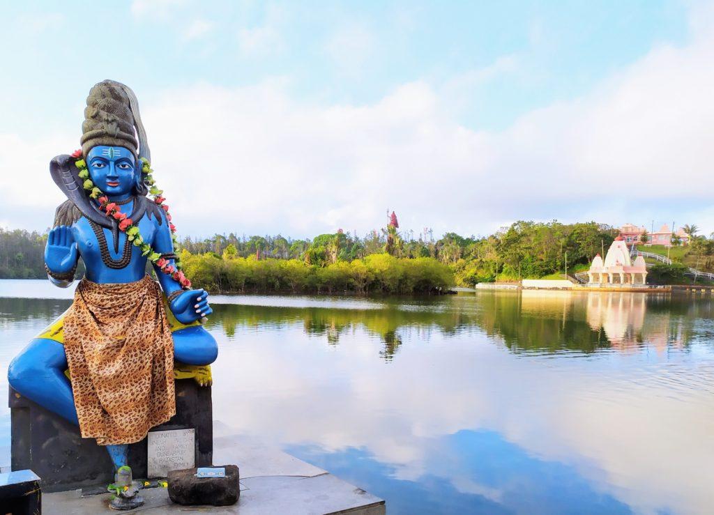 Ile Maurice Grand Bassin Ganga Talao. Le Dieu Shiva a beaucoup apprécié son offrande de nougat Fouque assortie à sa couleur préférée et déposée à ses pieds! BRIAULT I.