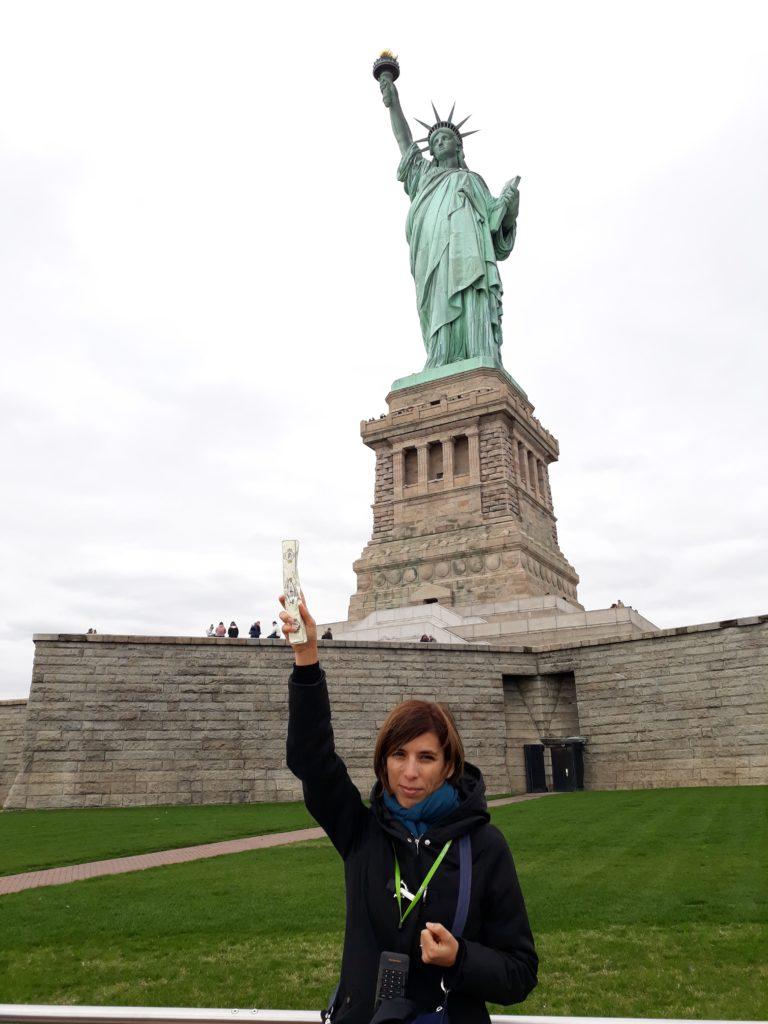 Ce n'est plus La Liberté éclairant le monde, mais le nougat Fouque éclairant le monde. New York 29 octobre 2019 Chesneau J.